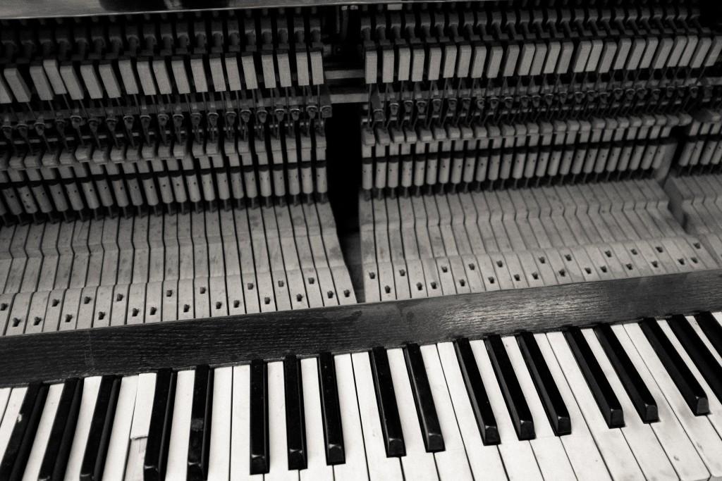 old-damaged-piano.jpg