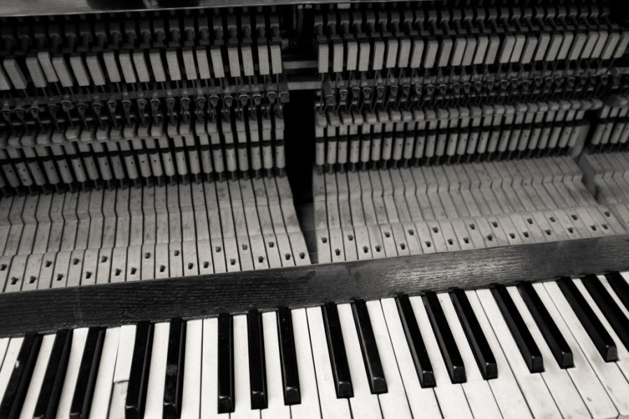 old-damaged-piano.jpg
